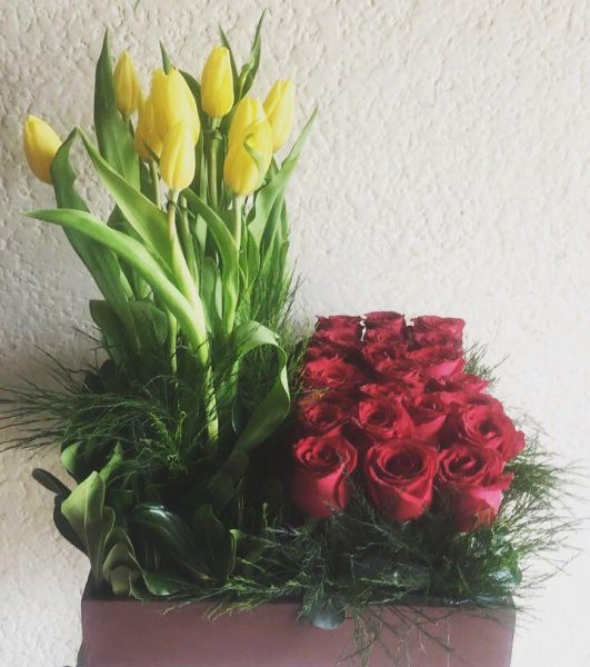 Arreglo Floral Con Tulipanes Y Rosas