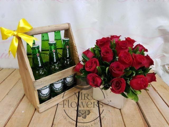 Arreglo Floral con 24 Rosas Rojas y 6 Cervezas