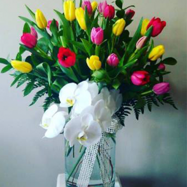 Flores a domicilio -arreglo tulipanes orquideas florero
