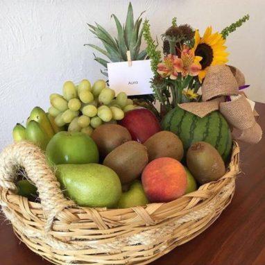 Canasta Frutal con Detalle Floral