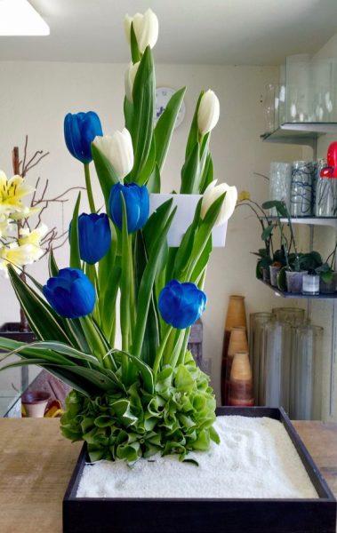 Arreglo floral con tulipanes azules y blancos