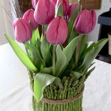 Arreglo floral con tulipanes y esparragos