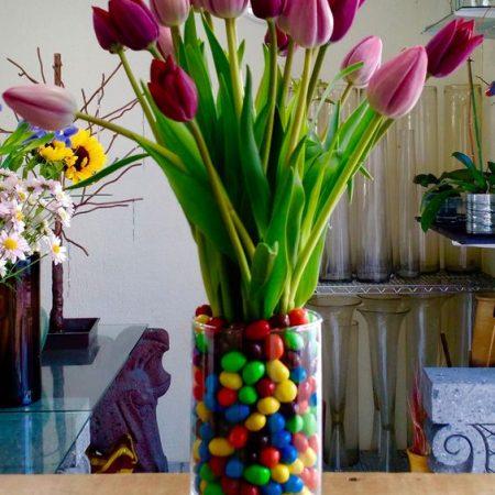 Arreglos floral con Tulipanes y M&Ms
