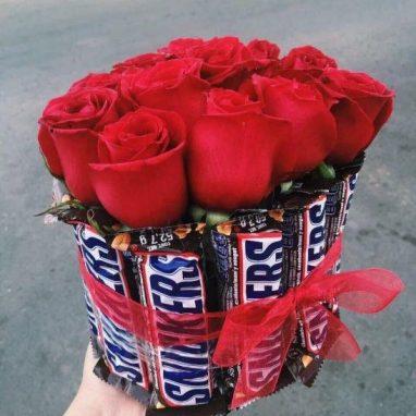 Jarrón de snickers con Rosas