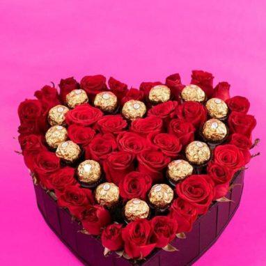 Corazón con 34 rosas rojas y 16 ferreros